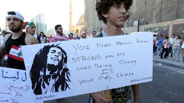 """FORT jusqu'au moment où être fort est votre seule option"""", proclame une pancarte d'un manifestant se réclamant de Bob Marley, le 29 août 2015 à Beyrouth [ANWAR AMRO / AFP]"""