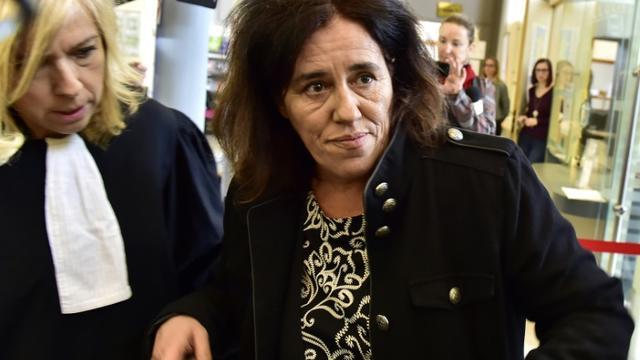 Rosa Maria da Cruz (d), la mère de Serena, accompagnée par son avocate Me Chrystèle Chassagne-Delpech, arrive à la cour d'Assises de Corrèze pour le début de son procès, le 12 novembre 2018 à Tulle [GEORGES GOBET / AFP/Archives]