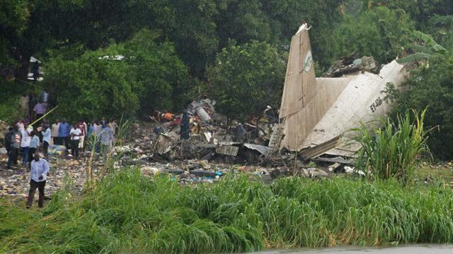 Une photo du site où au moins 27 personnes ont été tuées le 3 novembre 2015 à Juba, capitale du Soudan du Sud, dans l'accident d'un avion-cargo qui s'est écrasé au décollage sur une zone de hameaux agricoles [CHARLES LOMODONG / AFP]