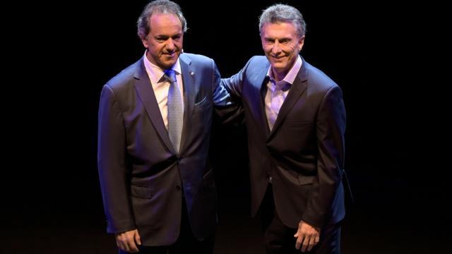 Michel Scioli et Mauricio Macri, candidats à la présidence de l'Argentine, le 15 novembre 2015 à Buenos Aires [JUAN MABROMATA / AFP/Archives]