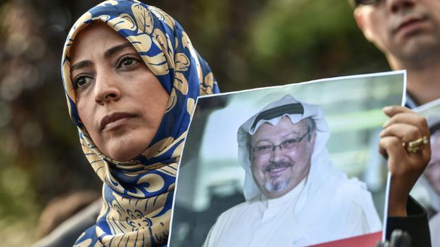 La Yéménite Tawakkol Karman, Prix Nobel de la Paix en 2011, montre un portrait du journaliste disparu Jamal Khashoggi lors d'une manifestation devant le consulat d'Arabie saoudite à Istanbul, 5 octobre 2018. [OZAN KOSE / AFP]