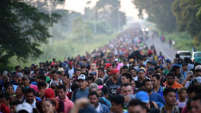 """Des Honduriens de la """"caravane"""" des migrants sur une route reliant Ciudad Hidalgo à Tapachula au Mexique, le 21 octobre 2018 [Pedro Pardo                     / AFP]"""