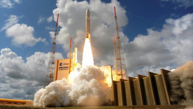 Photo fournie le 17 novembre 2016 par Agence spatiale européenne (ESA) d'une fusée Ariane 5 chargée de 4 satellites Galileo, en train de décoller de Kourou en Guyane française [Stephane Corvaja / EUROPEAN SPACE AGENCY/AFP/Archives]