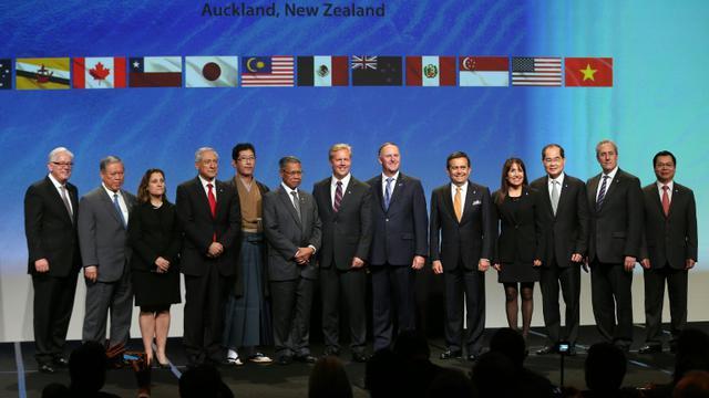 Le Premier ministre néo-zélandais John Key (6e d) entouré des représentants des 12 pays signataires de l'accord de partenariat transpacifique (TTP), le 3 février à Auckland [MICHAEL BRADLEY / AFP]