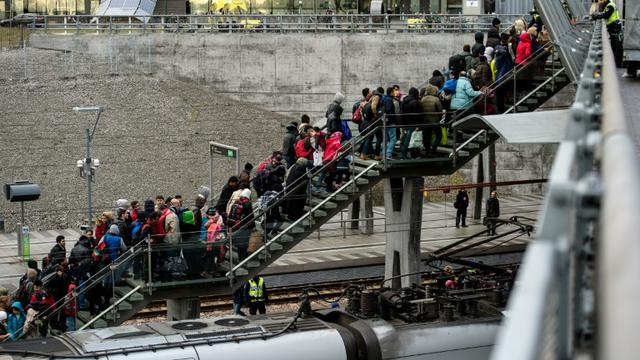 La police rassemble un groupe de migrants en provenance du Danemark, le 19 novembre 2015 près de Malmö, en Suède [JOHAN NILSSON / TT NEWS AGENCY/AFP/Archives]
