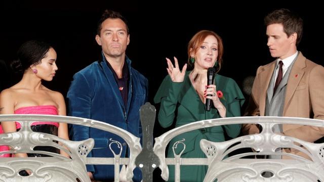 """La romancière britannique J. K. Rowling (c) en compagnie de Zoe Kravitz (g), Jude Law et Eddie Redmayne (d) lors de la première de """"Les crimes de Grindelwald"""" à Paris, le 8 novembre 2018 [Geoffroy VAN DER HASSELT / AFP]"""