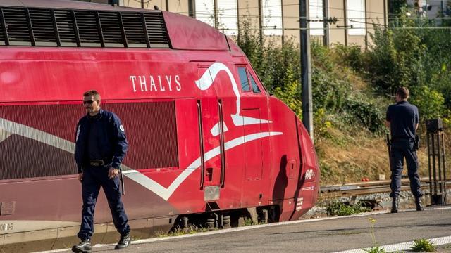 Un policier près d'un train Thalys en gare d'Arras le 22 août 2015 [Philippe Huguen / AFP]