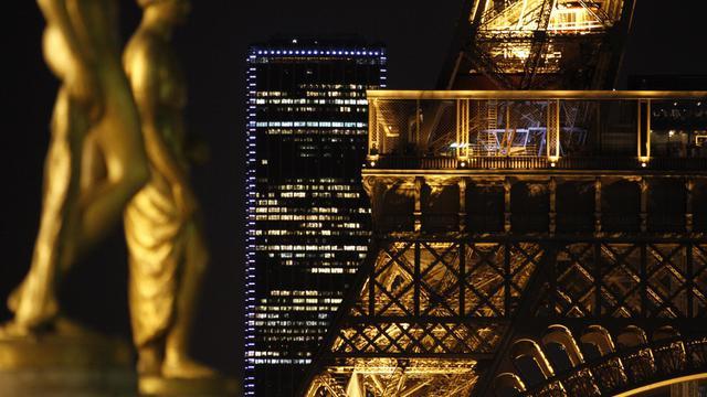 Paris, la nuit, photo d'architecture montrant une statue sur l'esplanade du Trocadéro, un détail de la Tour Eiffel, et au loin, la Tour Mopntparnasse, le 13 février 2014 [Ludovic Marin / AFP/Archives]