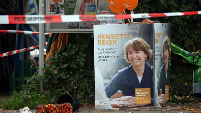 Des fleurs déposées près du lieu où la candidate à la mairie Henriette Reker a été grièvement blessée, à Cologne, en Allemagne, le 17 octobre 2015 [Oliver Berg / DPA/AFP]
