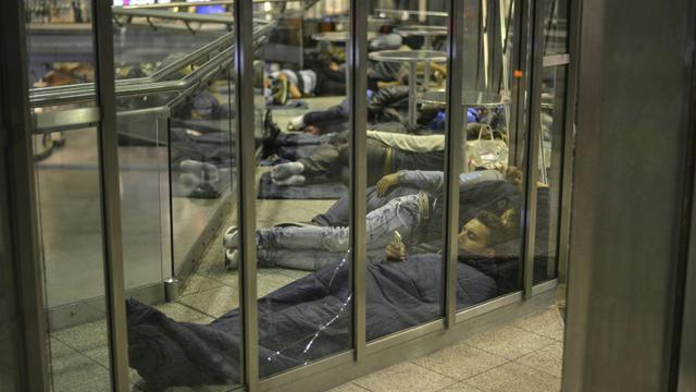 Des migrants dorment dans la gare centrale de Munich le 12 septembre 2015 [PHILIPP GUELLAND / AFP]