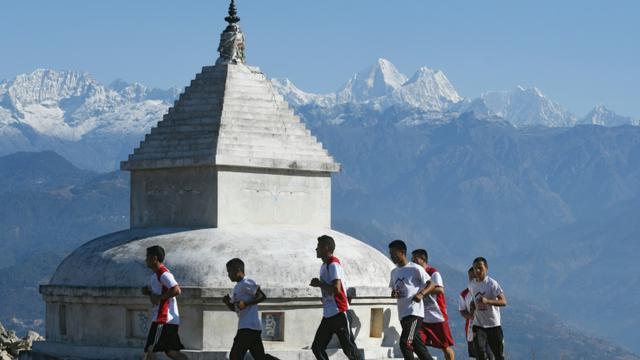 Des moines bouddhistes font un jogging à Sindhukot, le 15 février 2018, au nord-est de Katmandou, au Népal [PRAKASH MATHEMA / AFP]