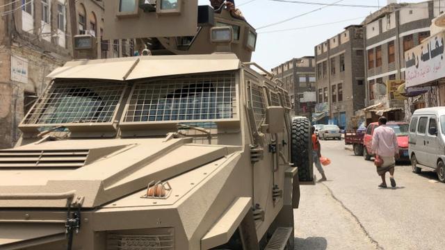 Un membre du mouvement séparatiste pour l'indépendance du sud du Yémen à bord d'un véhicule militaire à Aden le 11 août 2019 après des affrontements avec des unités du gouvernement [Nabil HASAN / AFP]