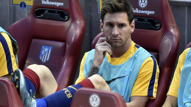 Lionel Messi sur le banc lors d'un match entre le FC Barcelone et l'Atletico Madrid, le 12 septembre 2015 à Vicente Calderon [GERARD JULIEN / AFP/Archives]