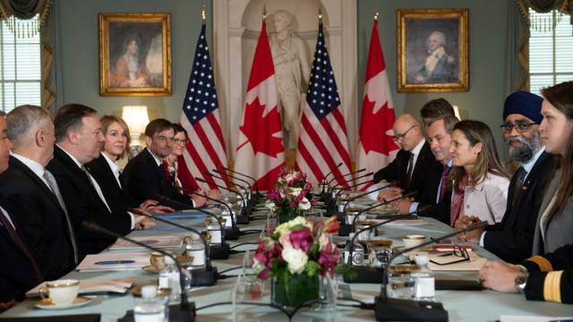 Les ministres de la Défense et des Affaires étrangères des Etats-Unis, Jim Mattis et Mike Pompeo, et du Canada, Harjit Sajjan et Chrystia Freeland, réunis au département d'Etat à Washington, le 14 décembre 2018 [SAUL LOEB / AFP]