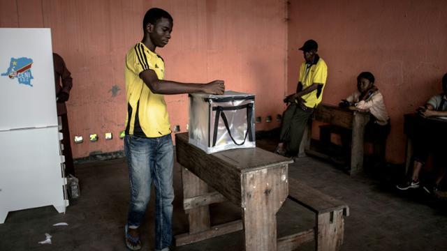 Un électeur dépose son bulletin dans l'urne dans un bureau de vote à Kinshasa, le 30 décembre 2018 [JOHN WESSELS / AFP/Archives]