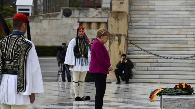 La chancelière allemande Angela Merkel se recueille sur la tombe du soldat inconnu à Athènes, le 11 janvier 2019 en Grèce [Aris MESSINIS / AFP]