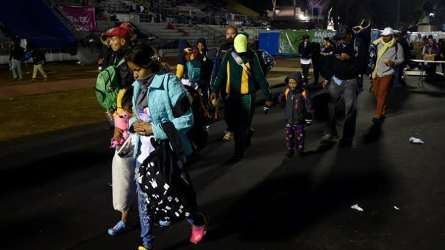 Des migrants venus principalement du Honduras quittent leur campement temporaire à Mexico pour poursuivre leur route vers les Etats-Unis, le 10 novembre 2018 [Alfredo ESTRELLA / AFP]