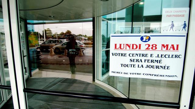 Panneau annonçant la fermeture d'un grand magasin le lundi de Pentecôte le 28 mai 2007 à Caen  [Mychèle Daniau / AFP/Archives]