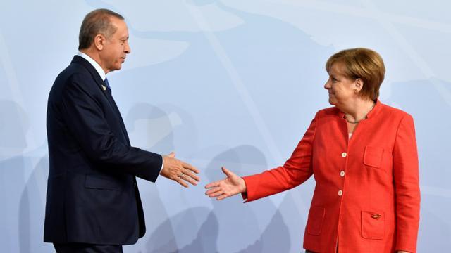 La chancelière allemande Angela Merkel accueille le président turc Recep Tayyip Erdogan à son arrivée au sommet du G20 à Hambourg, le 7 juillet 2017 [John MACDOUGALL / AFP/Archives]