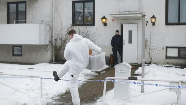 Des enquêteurs suédois inspectent les environs de la maison où une jeune femme a été tuée à Molndal, le 25 janvier 2016 [Adam Ihse / TT NEWS AGENCY/AFP/Archives]