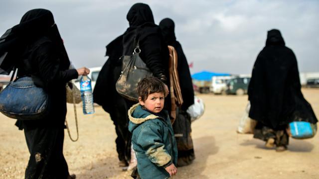 Des réfugiés syriens ayant fui les combats à Alep attendent à proximité de la ville d'Azaz, près de la frontière turque, le 6 février 2016 [BULENT KILIC / AFP]
