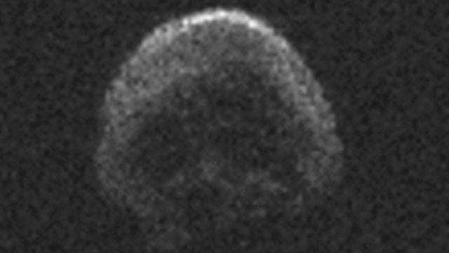 Image fournie par la Nasa le 30 octobre 2015 de l'astéroïde 2015 TB145, une comète morte ressemblant étrangèrement à une tête de mort, qui doit frôler la Terre samedi  [ / NASA/AFP]