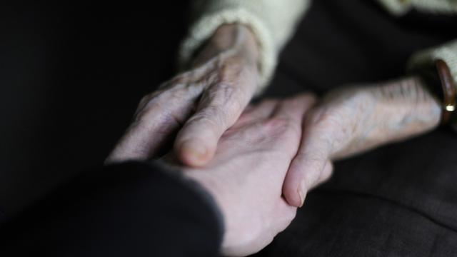 Une équipe internationale de scientifiques a mis au point un test génétique qui permet de calculer l'âge probable auquel une personne risque de souffrir de la maladie d'Alzheimer [SEBASTIEN BOZON / AFP/Archives]