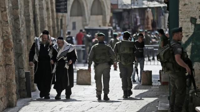 Des forces de sécurité israéliennes patrouillent dans les rues de la Vieille ville de Jérusalem, le 5 octobre 2015 [THOMAS COEX / AFP]