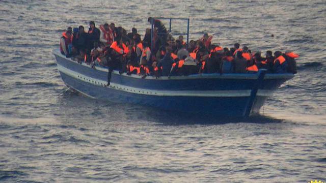 Un bateau de migrants secouru le 17 mars 2014 au large de Lampedusa  par la Marine italienne [Ho / Marine italienne/AFP/Archives]