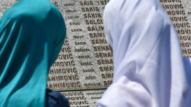Des femmes bosniaques survivantes du massacre de Srebrenica se recueillent le 11 juillet 2017 devant les nom du mémorial de Potocari, près de Srebrenica [ELVIS BARUKCIC / AFP]