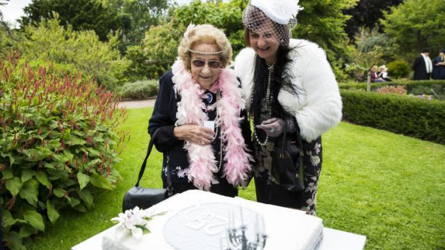 Le 15 septembre 2015, Joan Nott et sa fille Linda Burfitt regardent le gâteau d'anniversaire confectionné en l'honneur d'Agatha Christie, née il y a 125 ans, à Torquay (Royaume-Uni) [JACK TAYLOR / AFP]