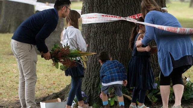Des Néo-Zélandais rendent hommage aux victimes d'une attaque près d'une mosquée de Christchurch le 17 mars 2019 [Marty MELVILLE / AFP]
