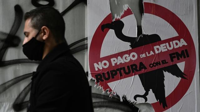 Une affiche dans une rue de Buenos Aires appelle l'Argentine à rompre avec le FMI et à ne pas rembourser sa dette, le 22 mai 2020 [JUAN MABROMATA / AFP]