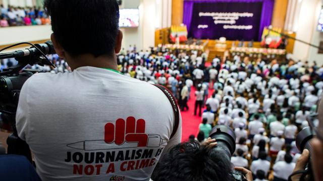 """Un journaliste porte un tshirt où l'on peut lire """"le journalisme n'est pas un crime"""", à Yangoun, en Birmanie, le 28 août 2018 [YE AUNG THU / AFP/Archives]"""