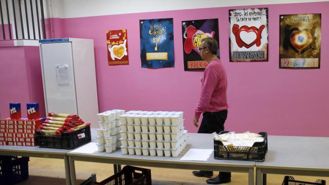 """Un bénévole des """"Restos du Coeur"""" avant une distribution de nourriture, le 25 novembre 2013 à Paris."""