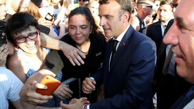 Emmanuel Macron s'offre un bain de foule vendredi 19 juillet 2019 à Pau à l'occasion de l'arrivée d'une étape du Tour de France [Bob EDME / POOL/AFP]