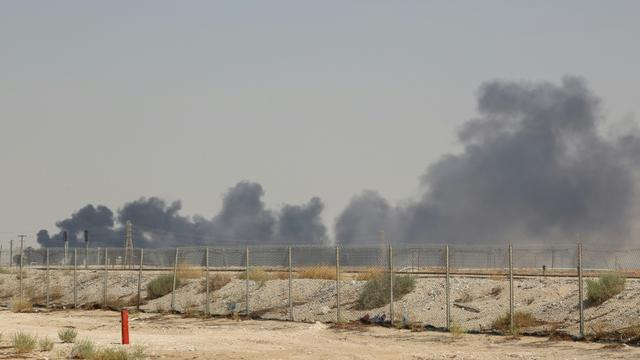 Après une attaque de drones, de la fumée s'élève au-dessus du site pétrolier d'Abqaiq du géant saoudien Aramco, à 60 km au sud-ouest de Dahran, dans l'est de l'Arabie saoudite, le 14 septembre 2019 [- / AFP]
