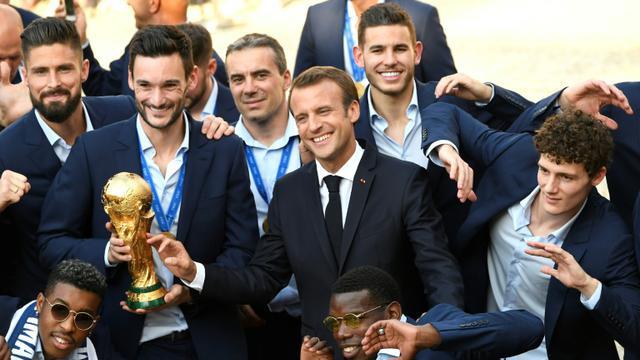 """Résultat de recherche d'images pour """"macron porte coupe du monde juillet 2018"""""""