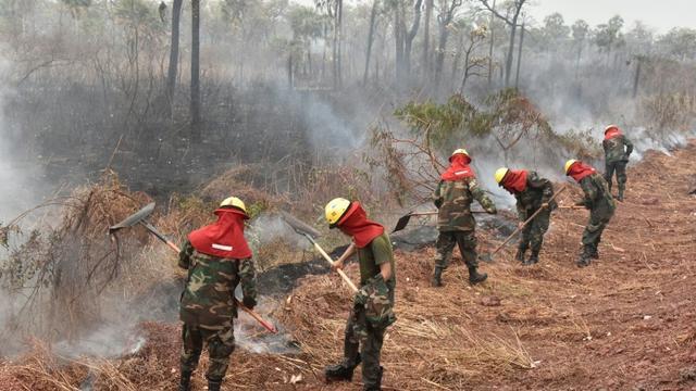 Des pompiers luttent contre des feux de forêt dans le parc national Otuquis, le 26 août 2019 en Bolivie [Aizar RALDES / AFP]