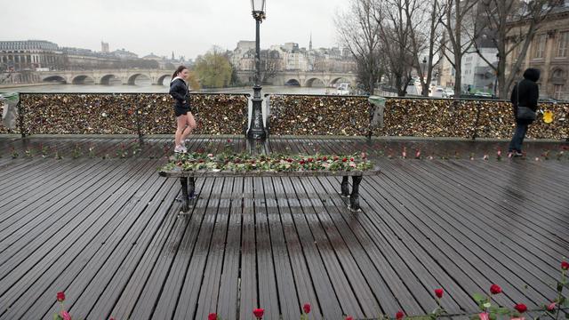 """Le grillage du Pont des Arts à Paris, recouvert de """"cadenas d'amour"""" [Jacques Demarthon / AFP/Archives]"""