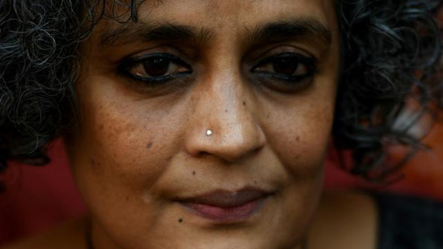 L'auteure indienne Arundhati Roy lors d'un interview avec l'AFP à New Delhi, le 8 décembre 2017. [MONEY SHARMA / AFP]
