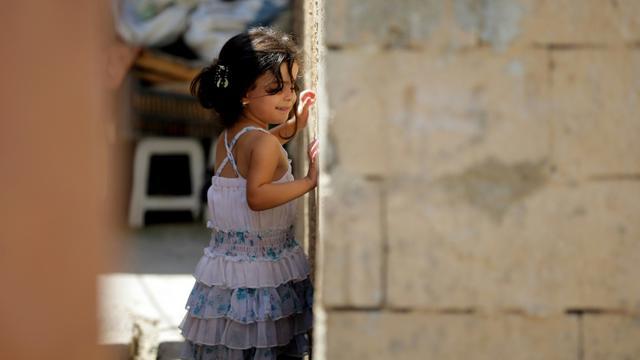Une petite Syrienne dans un camp de réfugiés non officiel à Tripoli, dans le nord du Liban, le 2 septembre 2015 [JOSEPH EID / AFP]