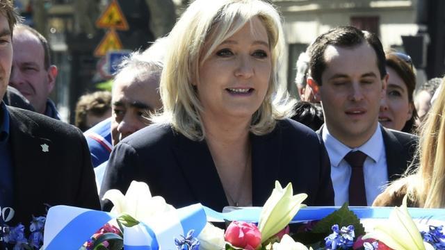 Marine Le Pen  place Saint-Augustin devant la statue de Jeanne d'Arc le 1er mai 2016  à Paris [DOMINIQUE FAGET / AFP]
