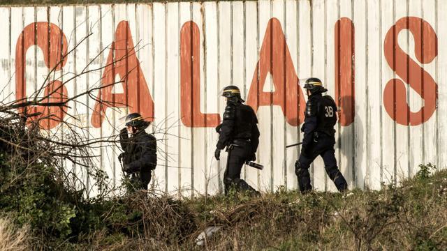 Des policiers surveillent le site d'Eurotunnel à Coquelles, près de Calais, le 21 janvier 2016 [PHILIPPE HUGUEN / AFP/Archives]