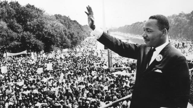 Le révérend Martin Luther King, leader des droits civils, salue la foule de supporters, le 28 août 1963 à Washington [- / AFP/Archives]