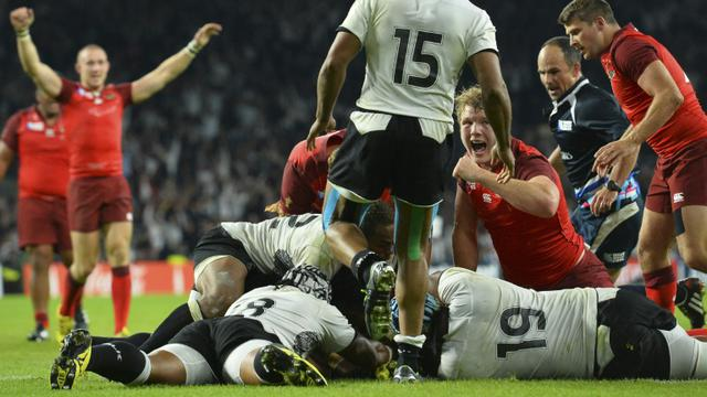 Les Anglais exultent après un essai de Billy Vunipola face aux Fidji lors du match d'ouverture du Mondial de rugby, le 18 septembre 2015 à Twickenham [GLYN KIRK / AFP]