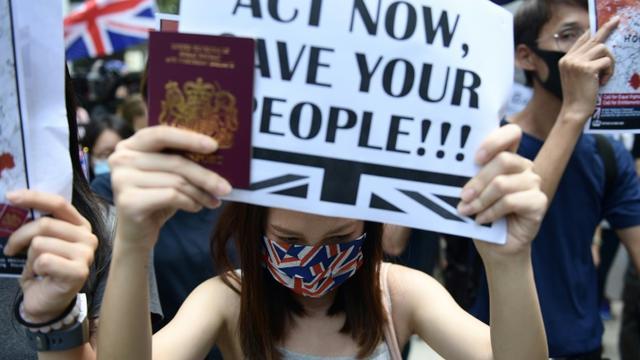 Des manifestants pro-démocratie se rassemblent devant le consulat de Grande-Bretagne à Hong Kong, le 15 septembre 2019 [Nicolas ASFOURI / AFP]