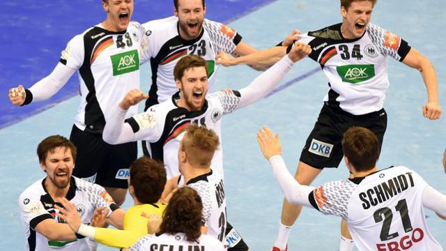 L'équipe d'Allemagne de hand fête son titre de championne d'Europe devant l'Espagne, le 31 janvier 2016 à Cracovie [JANEK SKARZYNSKI / AFP]