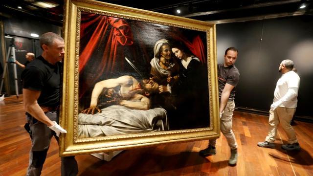 La toile attribuée au Caravage et représentant Judith décapitant Holopherne est exposée le 14 juin 2019 à l'hôtel Drouot à Paris en prévision de sa vente aux enchères le 27 juin à Toulouse [FRANCOIS GUILLOT / AFP]
