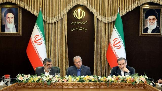 Behrouz Kamalvandi, porte-parole de l'Organisation iranienne de l'énergie atomique (gauche), le porte-parole du gouvernement iranien Ali Rabiei et le vice-ministre des Affaires étrangères iranien Abbas Araghchi, lors d'une conférence de presse à Téhéran, le 7 juillet 2019 [HAMED MALEKPOUR / TASNIM NEWS/AFP]